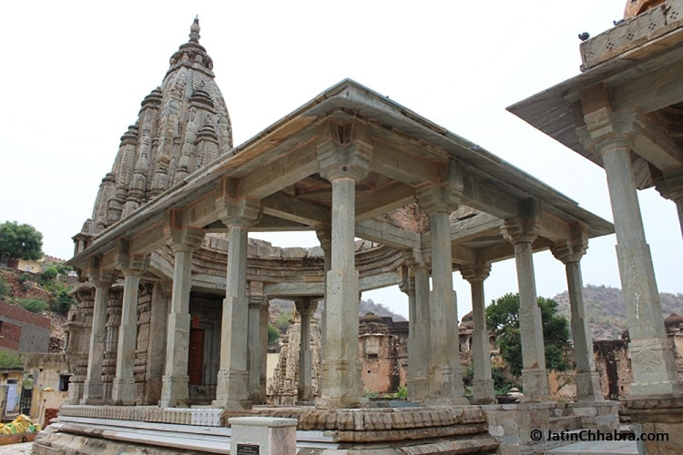 Old Temple next to Panna Menna Kund
