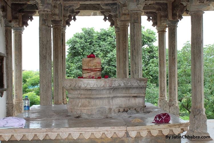 Shiva lingam at Chaurasi Khambon ki Chhatri, Bundi