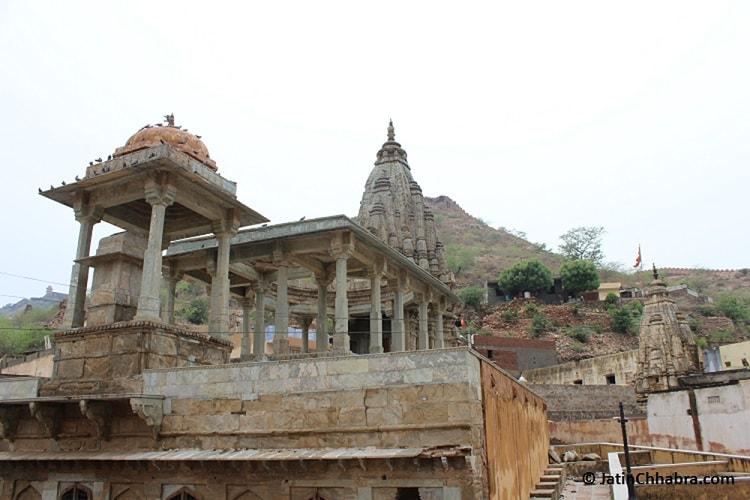 Old Temple next to Panna Menna Kund