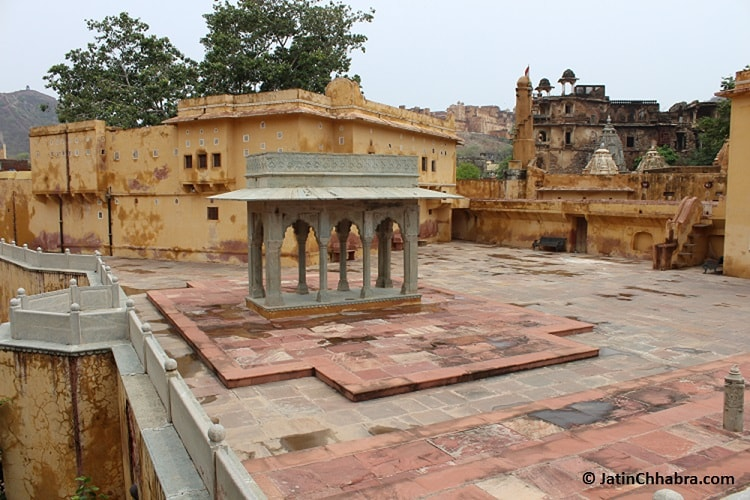 Place to sit at Panna Meena ka Kund