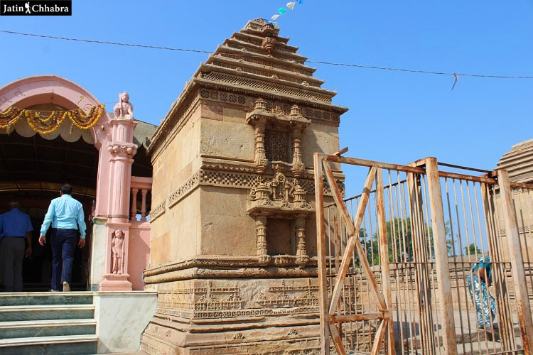Temple outside Adalaj Vav